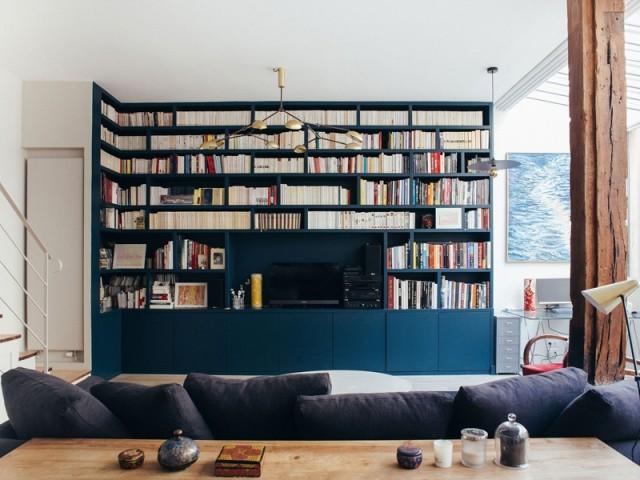 Une bibliothèque XXL pour ancrer le salon