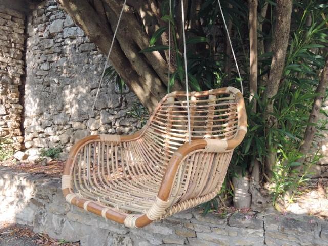 Un fauteuil balançoire en rotin