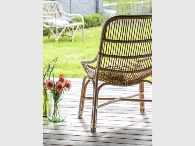 Un fauteuil en rotin au charme vintage