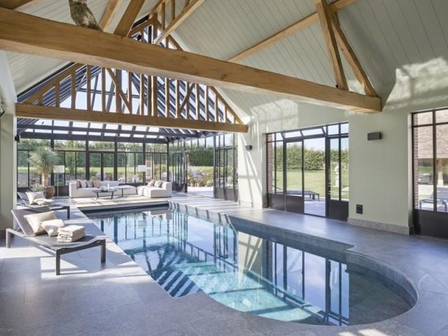 Une verrière avec… piscine intérieure