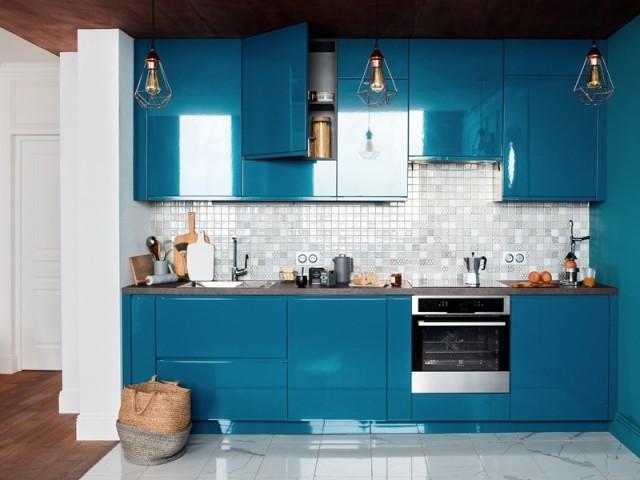 Une cuisine en I colorée et pleine de style