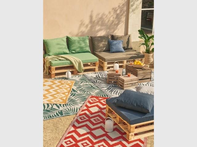 Un canapé en palettes pour un salon d'extérieur cosy