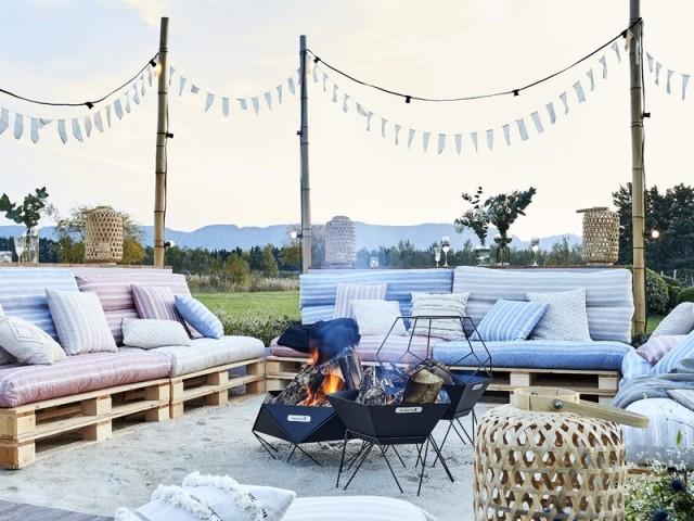 Des canapés en palettes pour un salon d'extérieur convivial