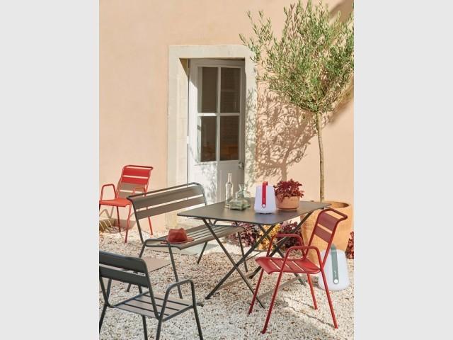 Du mobilier de jardin rouge pour illuminer sa terrasse