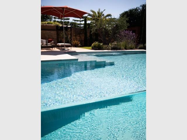 Une luxueuse piscine à débordement