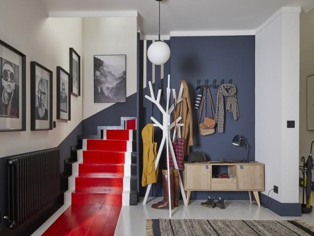 Des bandes de peinture pour moderniser un escalier en bois