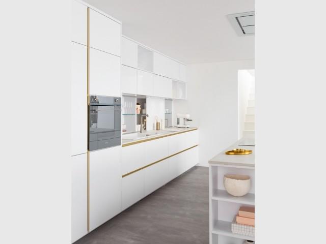 Une cuisine blanche aux lignes élégantes