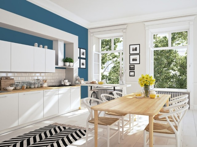 Une cuisine blanche rehaussée de bleu