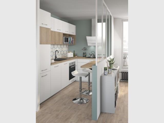 Une cuisine blanche plus lumineuse grâce à une verrière