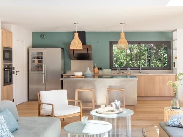 Une cuisine chaleureuse, ouverte sur le salon