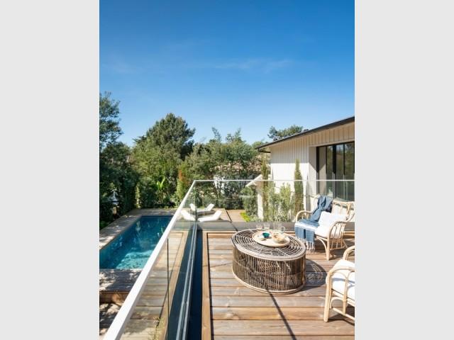 Une terrasse avec vue plongeante sur la piscine
