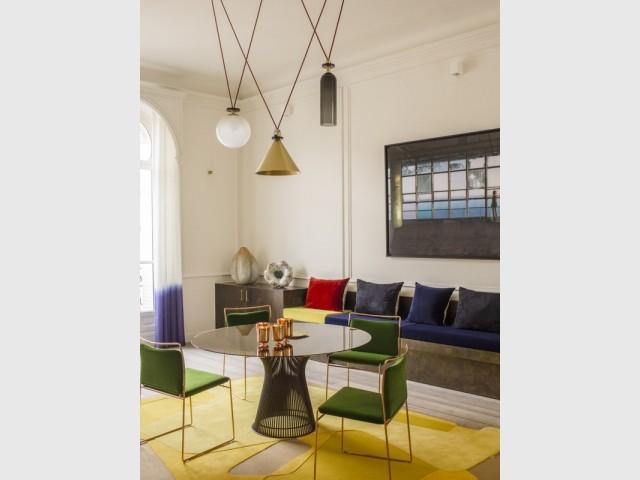 Une salle à manger design et colorée