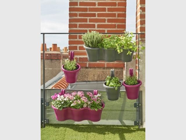 Des jardinières à suspendre pour un balcon fleuri