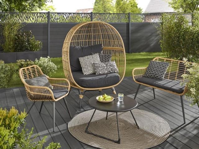 Un gros fauteuil œuf pour se relaxer dans le jardin