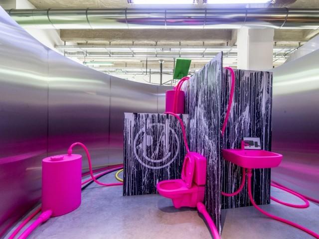 Salle de bain par Jerszy Seymour pour l'exposition Places to be à la Fondation d'entreprise Martell