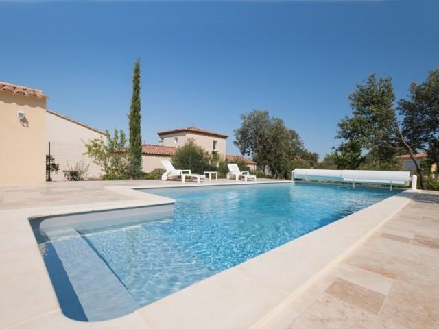 Une piscine pensée pour les loisirs et la détente en famille
