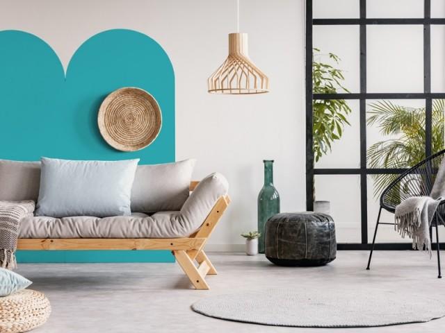 Une touche de couleur derrière le canapé