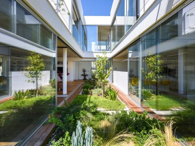 Une maison plantée de verdure