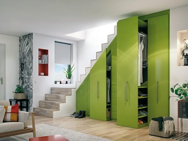 Un dressing sur-mesure sous l'escalier