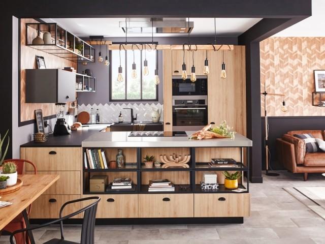 Une cuisine en U ouverte sur la pièce à vivre
