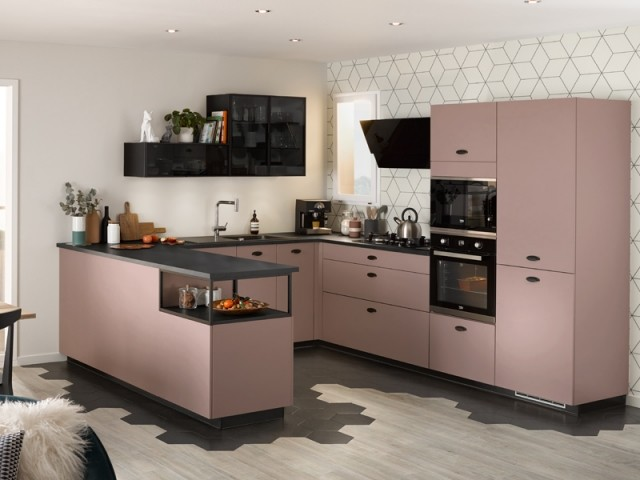 Une cuisine en U rose pastel