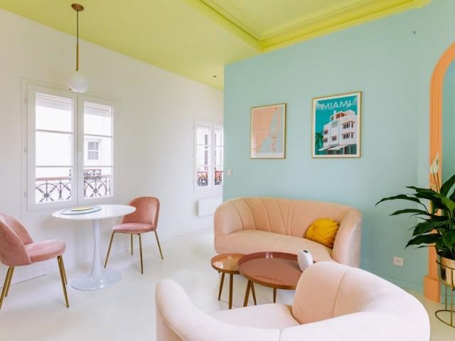 Un salon cosy à la déco couleur sorbet