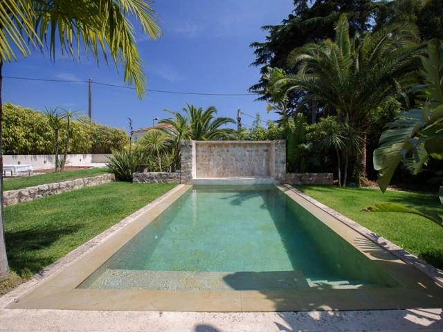 Une élégante piscine bordée de pierre
