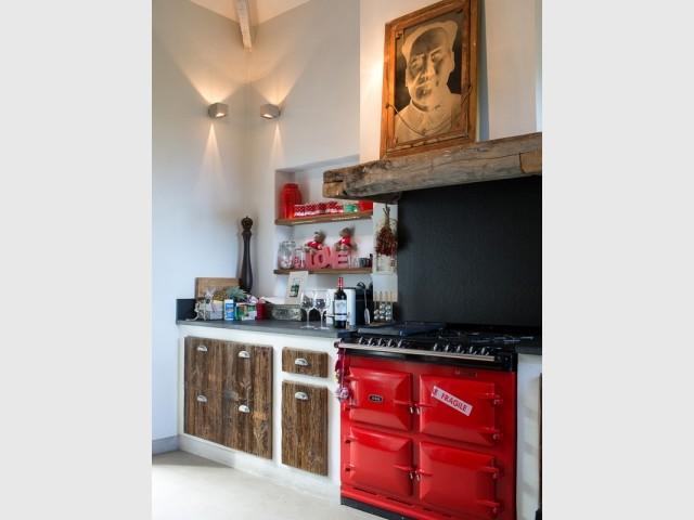 Une cuisinière rouge aux lignes vintage