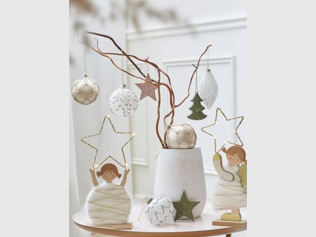 Une branche décorée en guise de sapin