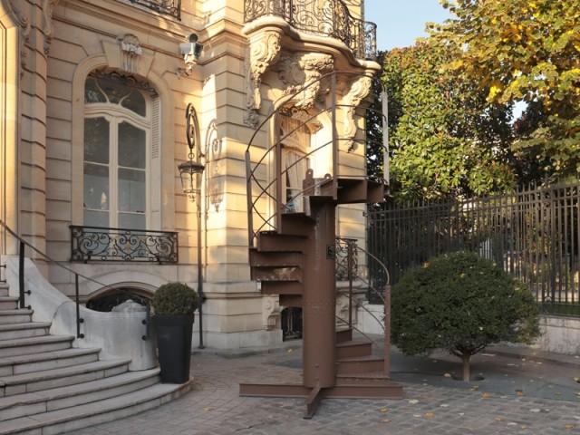 Le tronçon n°17 de l'escalier de la Tour Eiffel exposé chez Artcurial