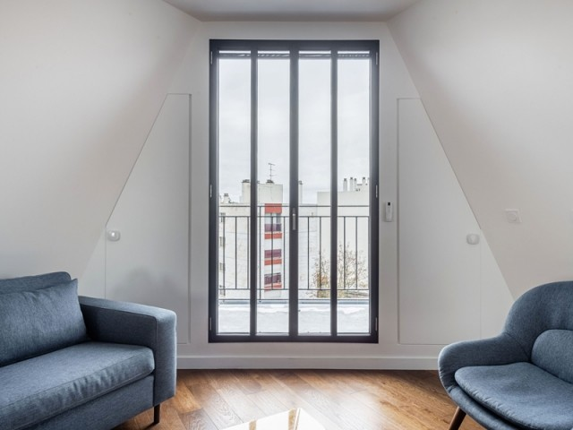 Un salon avec vue grâce au balcon