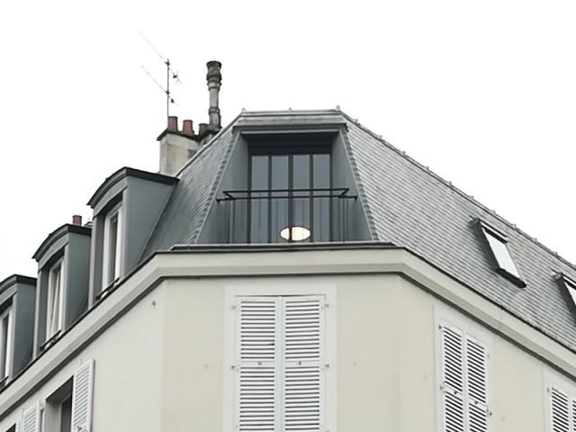 Un balcon en zinc en parfaite harmonie avec la toiture