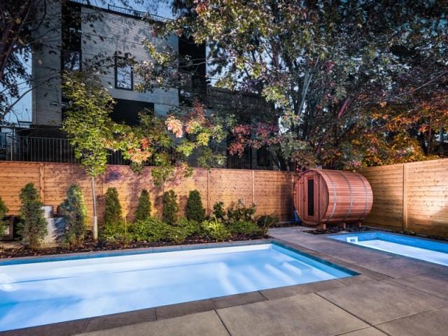 Une terrasse avec piscine et sauna