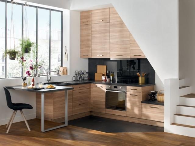 Une cuisine sous l'escalier