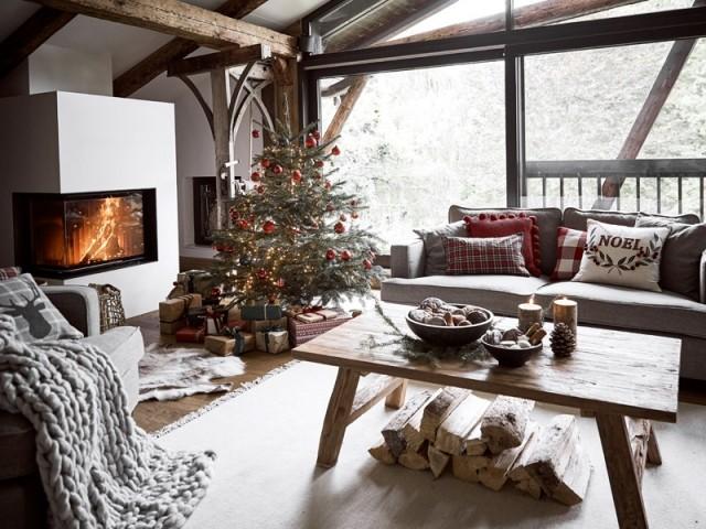 Noël au coin du feu dans un salon cosy