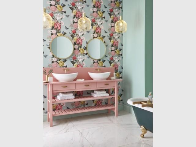 Du papier floral pour une salle de bains romantique