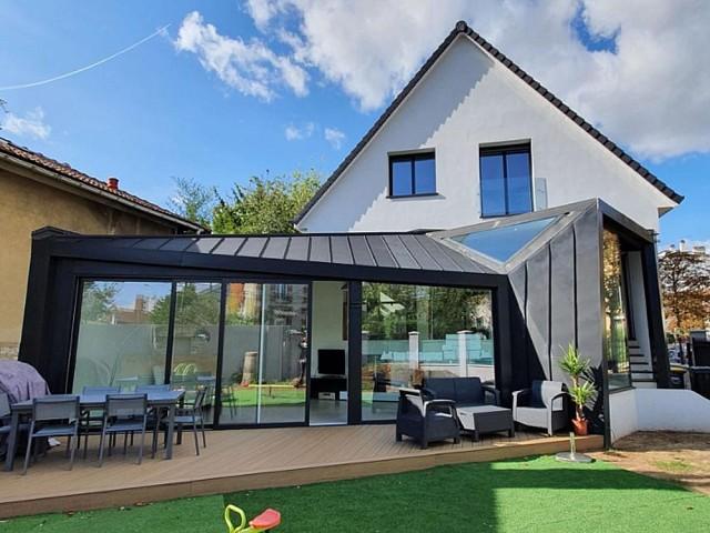 Une extension en zinc pour moderniser un pavillon de banlieue