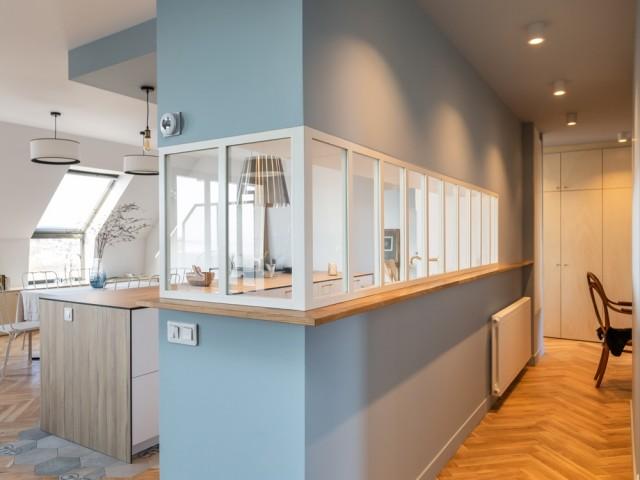 Une verrière entre la cuisine et le couloir