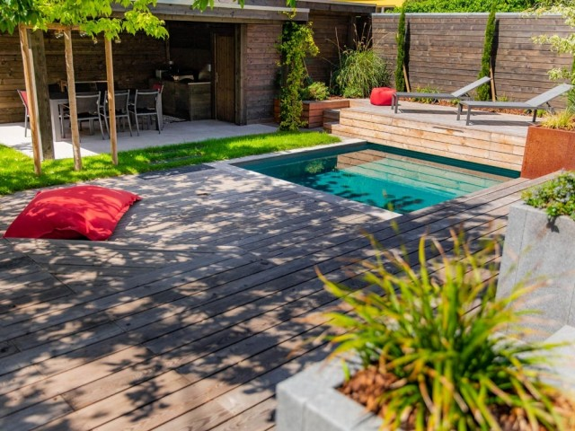 Terrasse en bois et mini piscine pour réchauffer un jardin citadin