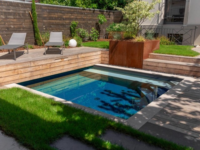 Une petite piscine carrée