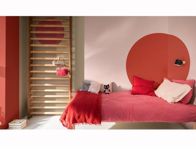 Des touches de couleur terracotta dans la chambre