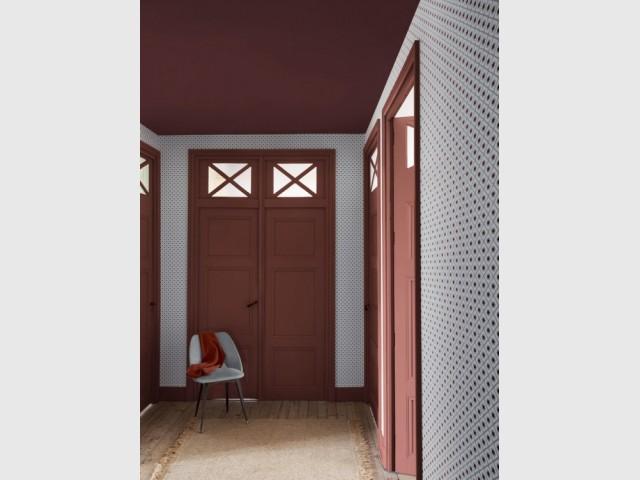 Des portes terracotta pour illuminer un couloir