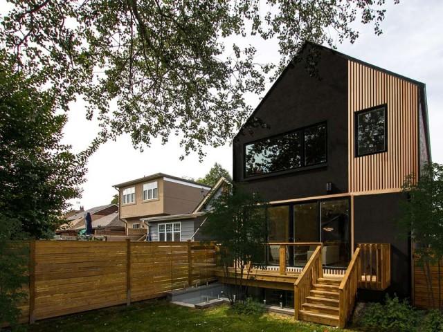 Une façade noire côté jardin
