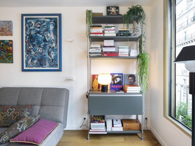 Un salon dynamisé par la couleur
