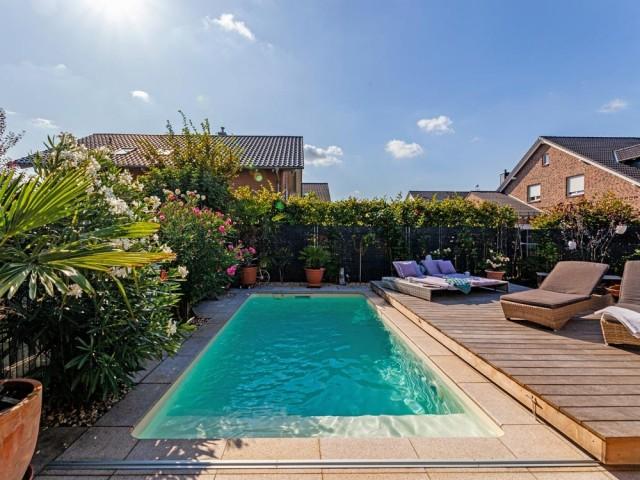 Une mini piscine avec terrasse mobile