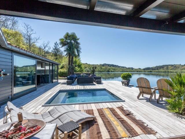 Une petite piscine au bord de l'eau