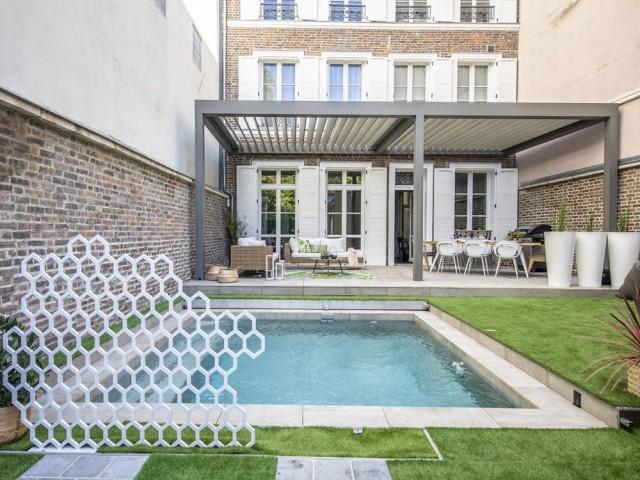 Une petite piscine dans un jardin citadin