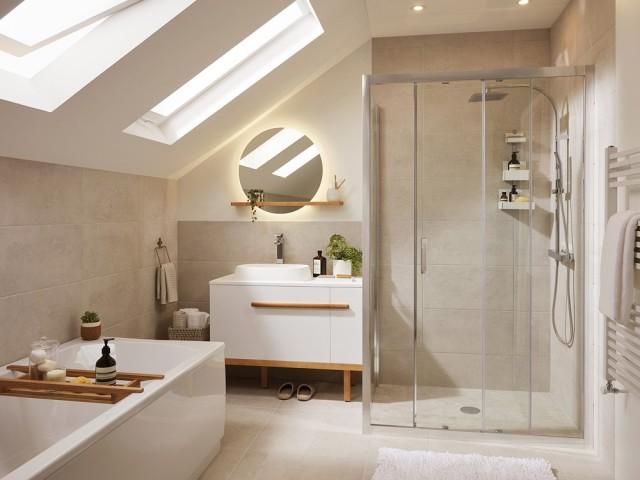 Une salle de bains confortable sous les combles