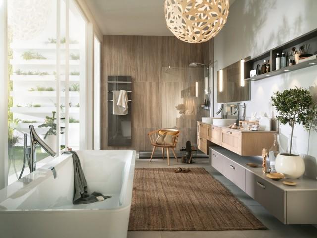 Une salle de bains spacieuse et confortable