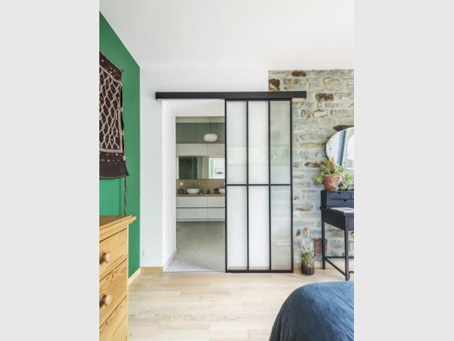 Une porte verrière pour fermer la salle de bains